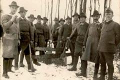 Holzmacher im Staatswald (mit Haumeister Junginger, ca. 1930er)